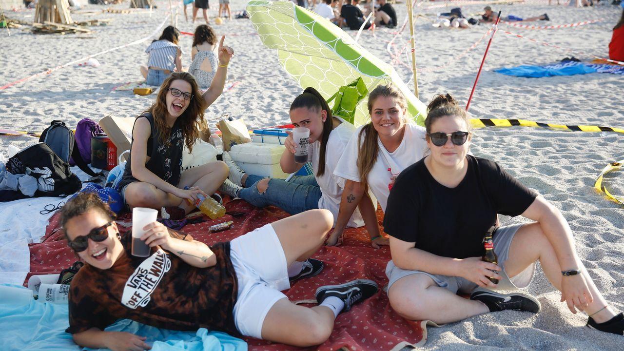 .Pandillas de jóvenes en las playas coruñesas.