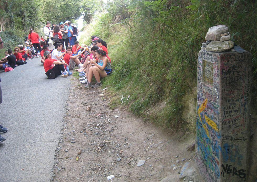El kilómetro cien es el lugar preferido por muchos grupos para iniciar el Camiño Francés.