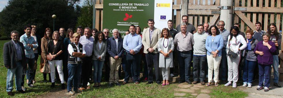 Foto de familia, con la conselleira Mato y el alcalde de Ordes, en la que será la sede del taller de empleo, la estación de Pontraga.