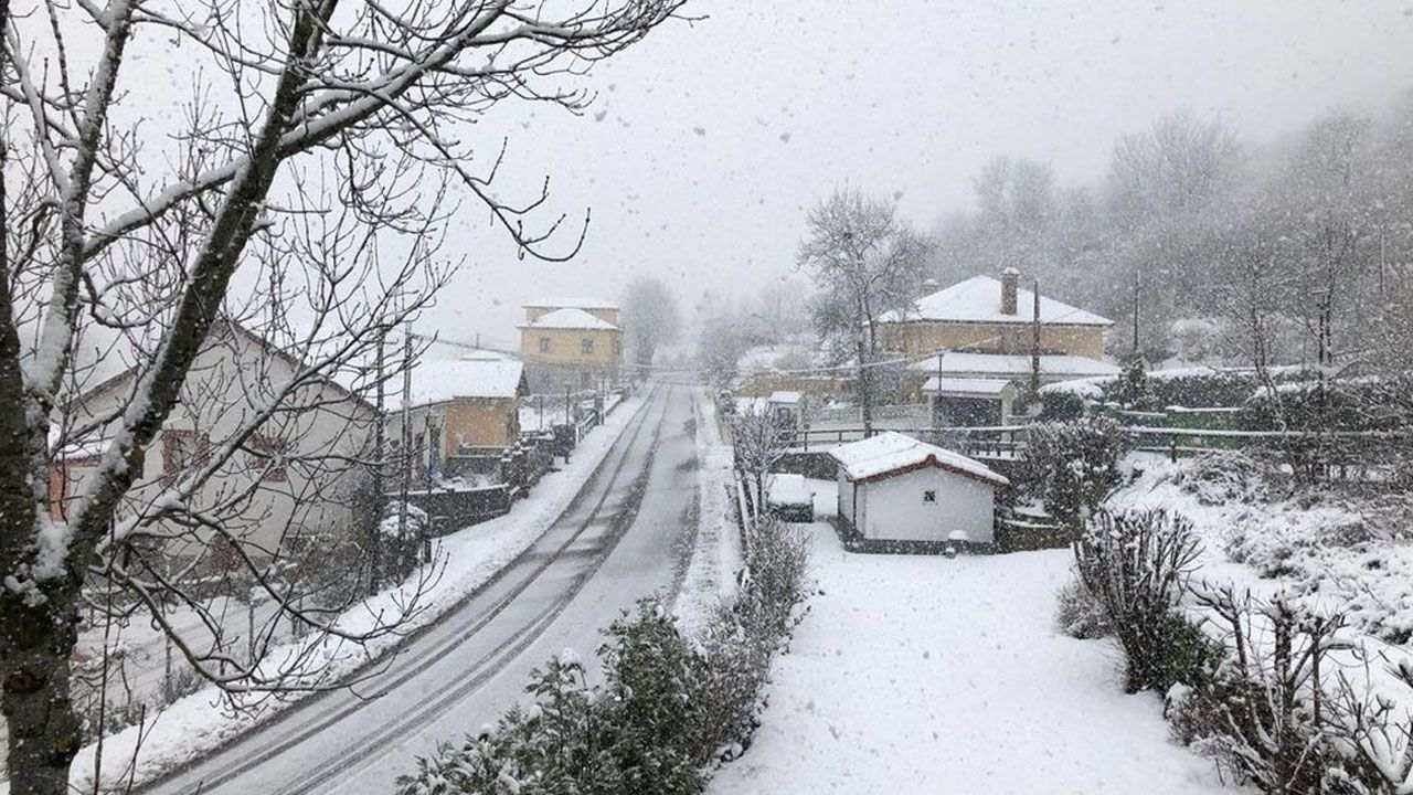 La nieve dificulta el tráfico en la autopista del Huerna.Pola de Somiedo