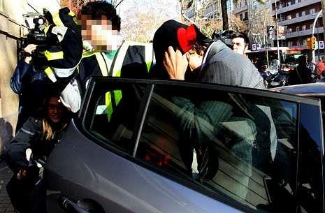 La policía conduce al director de Método 3, Francisco Marco, detenido, para el registro de la sede.
