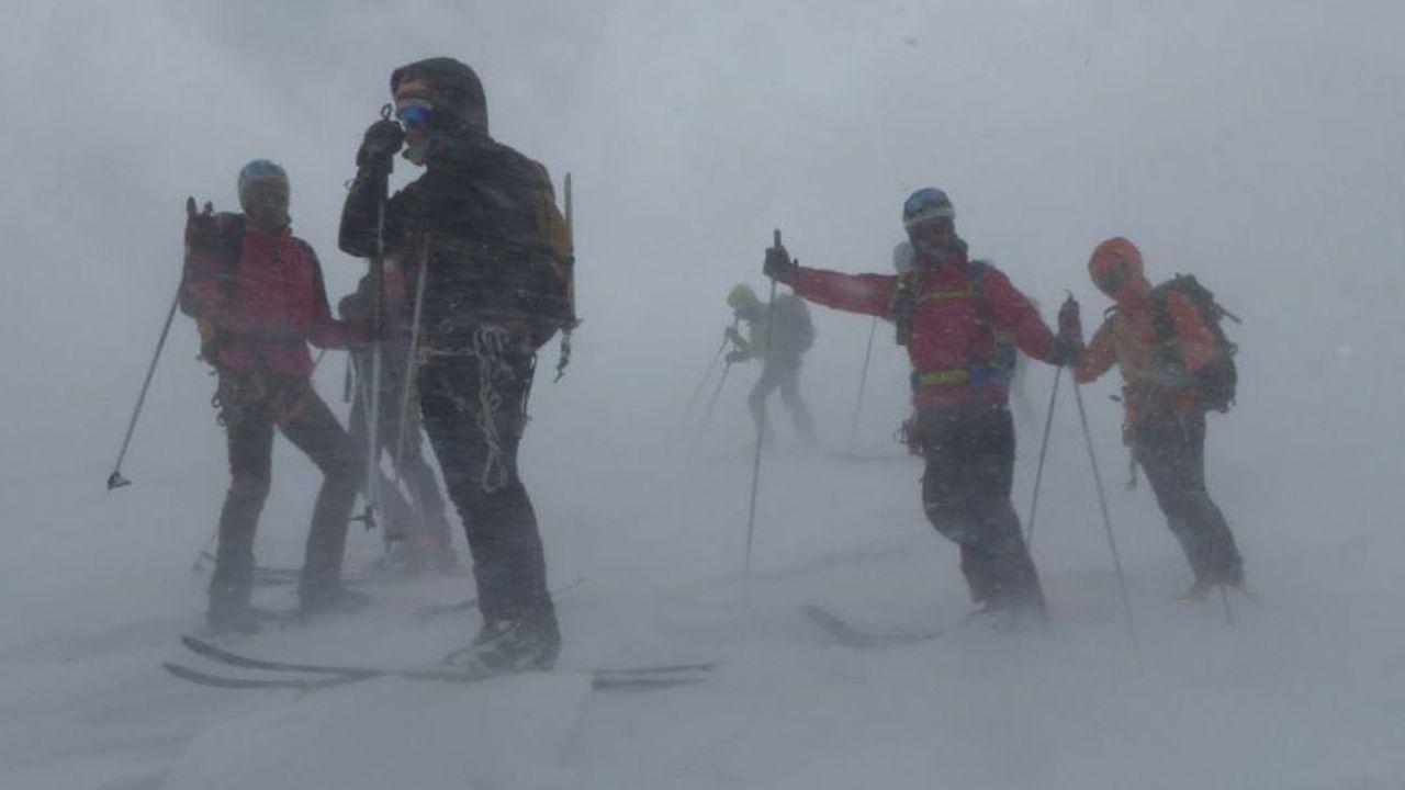 La ovetense Miriam Ruiz.Un grupo de asturianos en la montaña suiza, en el cantón de Valais