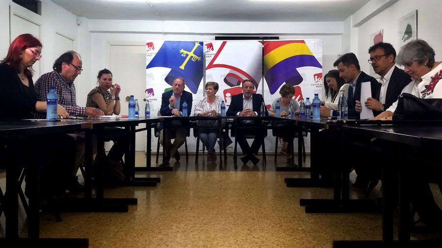 La Junta General acoge la capilla ardiente de Areces.Primera de las reuniones mantenidas por PSOE, Xixón Sí Puede e IU para abordar la posible moción de censura contra Foro