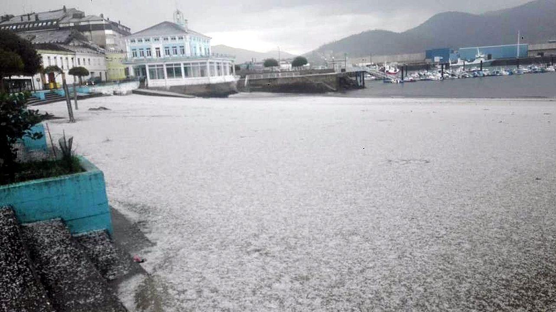 El granizo tiñó de blanco la playa de Celeiro en Viveiro