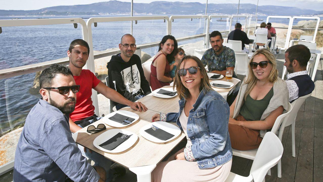 .Un grupo de amigos, este sábado en la terraza del restaurante ubicado en el faro de A Illa.