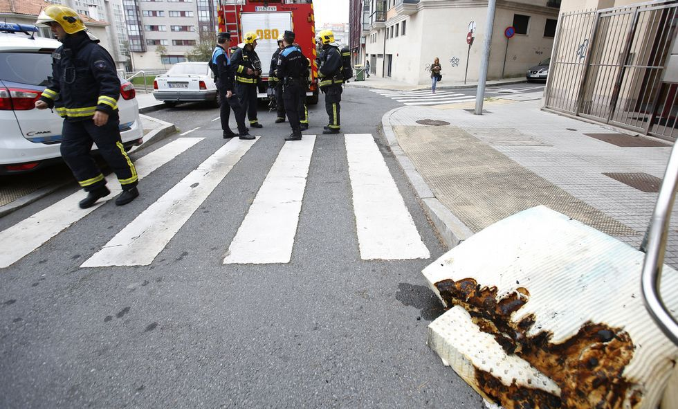 Los bomberos y el 092 en la zona, y en primer plano, el colchón que se incendió.