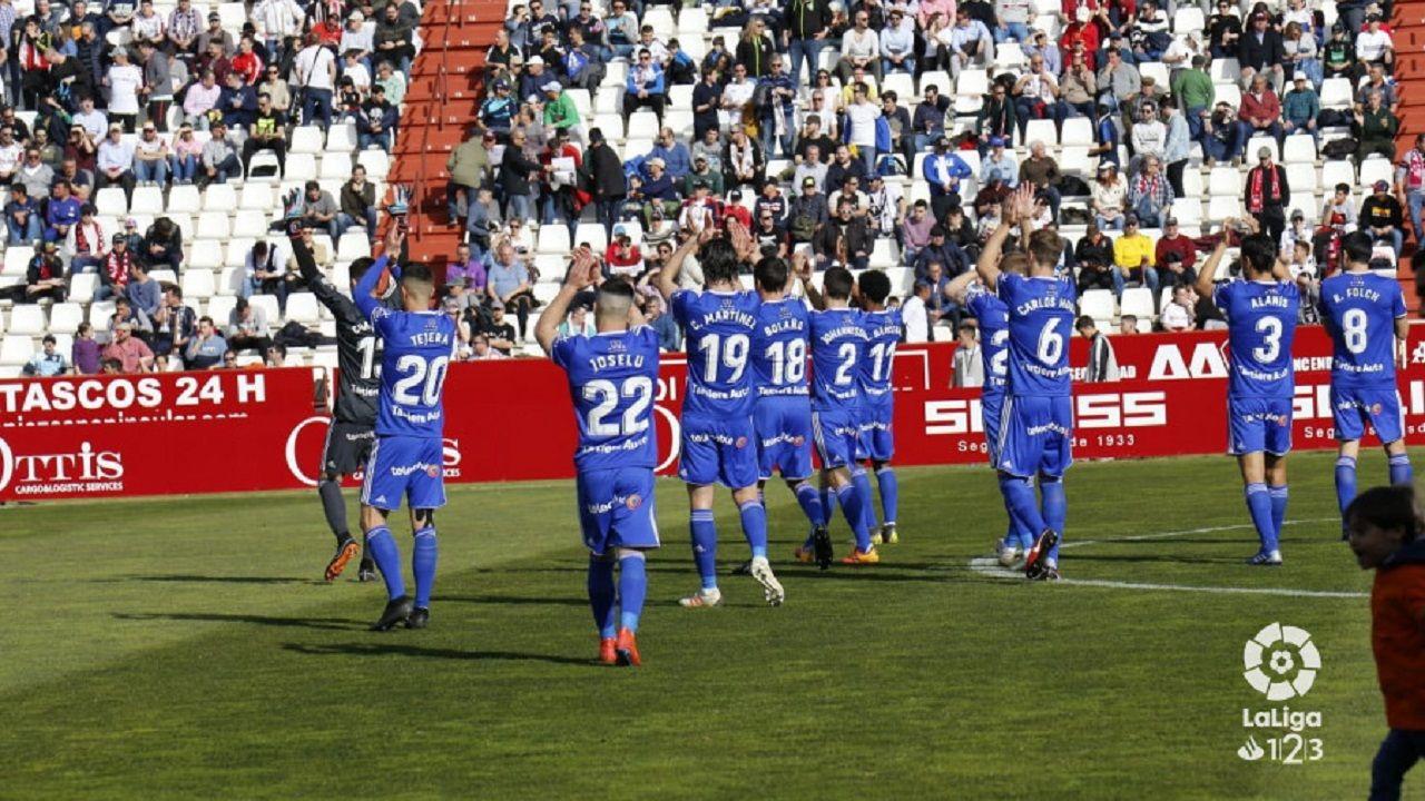 Los jugadores del Real Oviedo saludan a la afición desplazada a Albacete