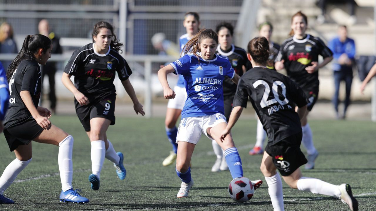 Paula Real Oviedo Femenino Valladares.Paula pugna por un balón en el encuentro de esta mañana ante el Valladares