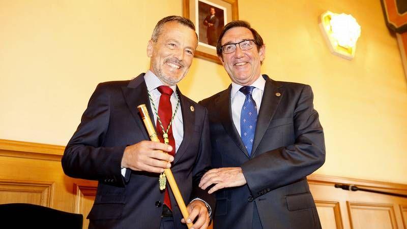 Hernández asume el bastón de mando en Santiago