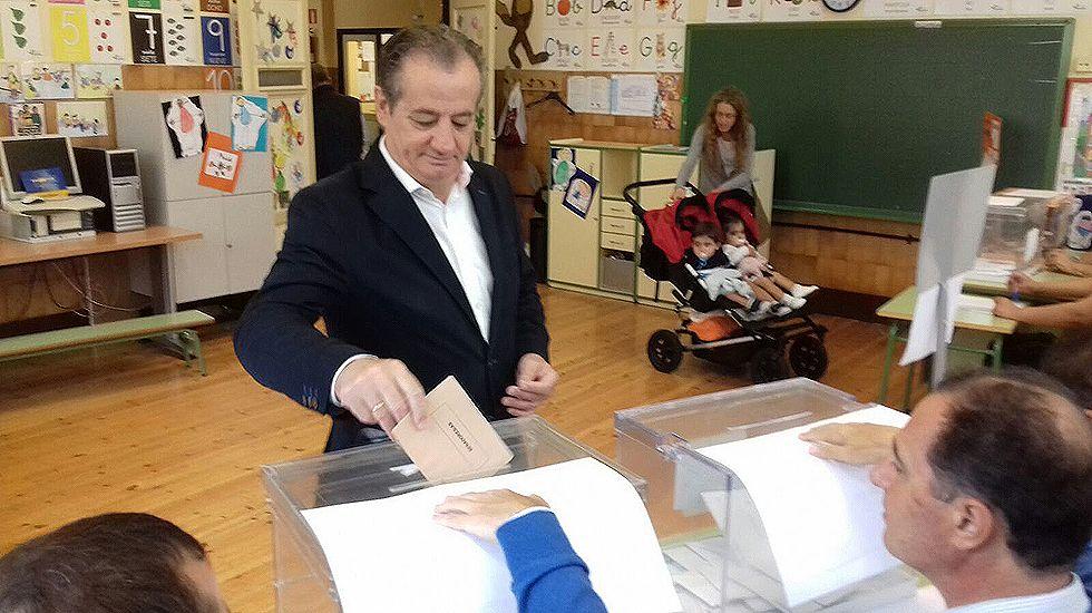 Nicanor García, en el momento de votar en el colegio Pablo Miaja de Oviedo
