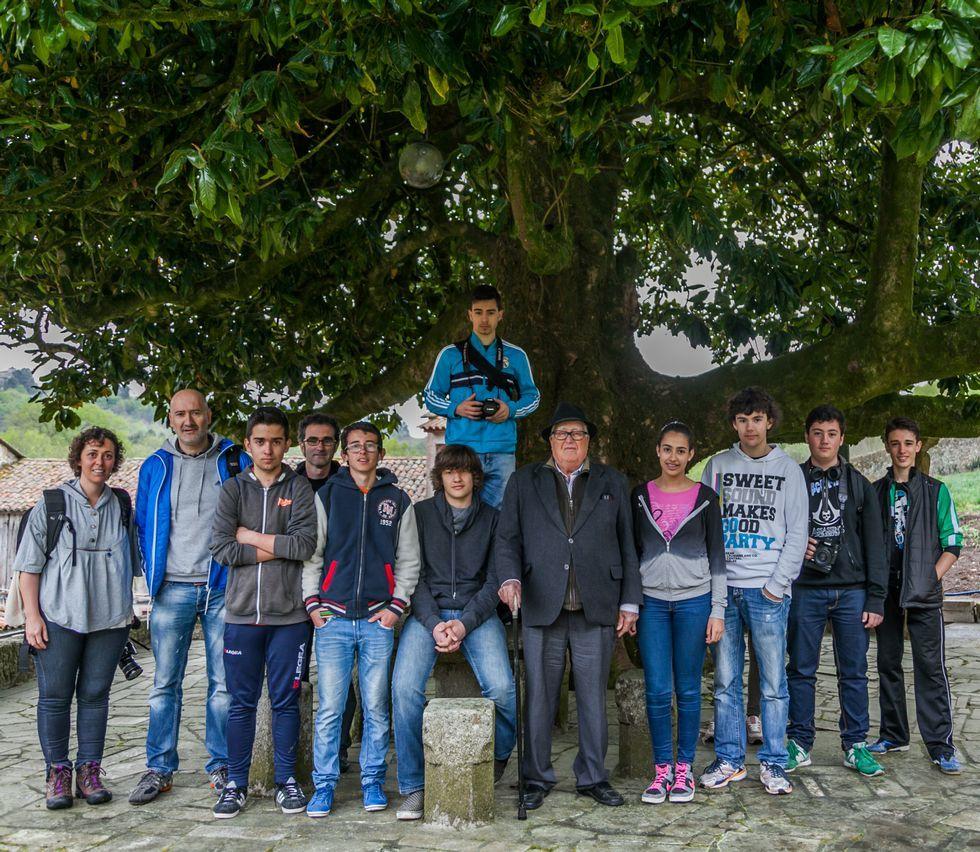 Los alumnos del instituto con Rodríguez Presas, con sombrero.