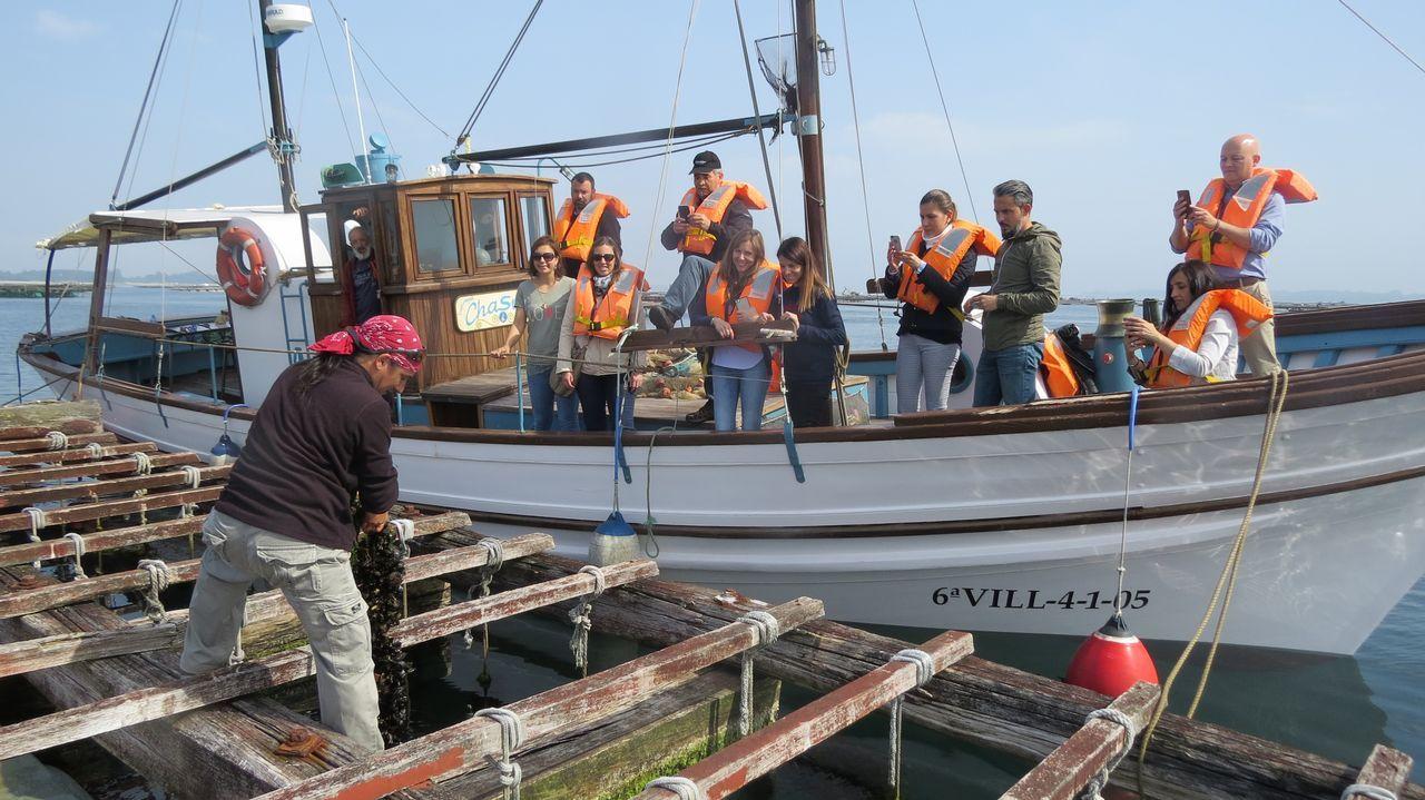 Una de las rutas a bordo del Chalusa, un barco de pesca restaurado, consiste en conocer el trabajo de las bateas