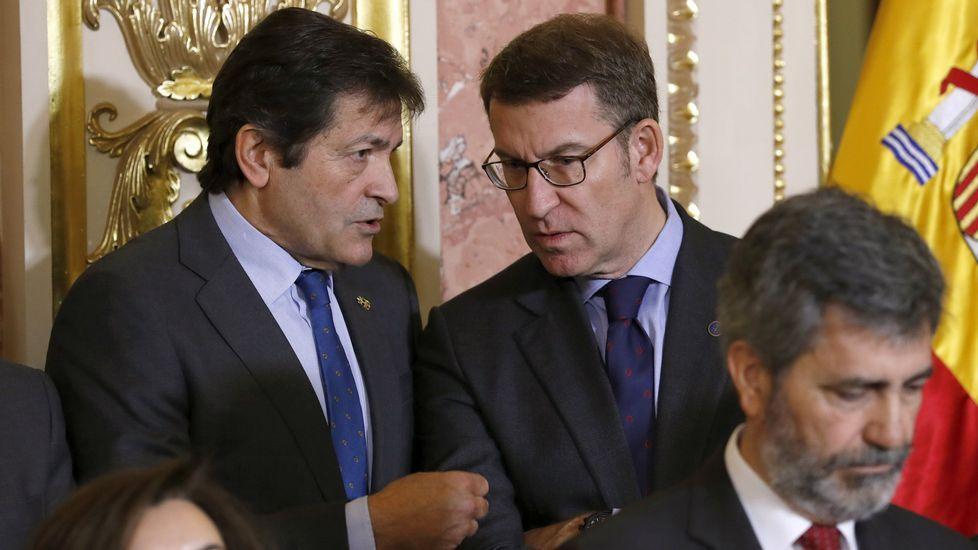El PSOE elegirá a su nuevo líder en mayo y celebrará su congreso a mediados de junio.Fernández y Feijoo dialogan en el Congreso