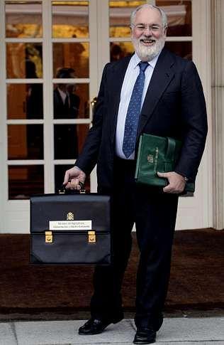 Arias Cañete, con la cartera en la que no pone Pesca.
