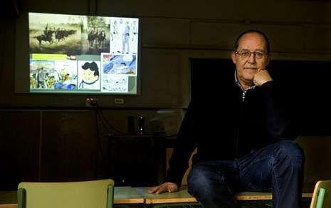 Manuel González, ayer, ante la pantalla de su aula del instituto Concepción Arenal.