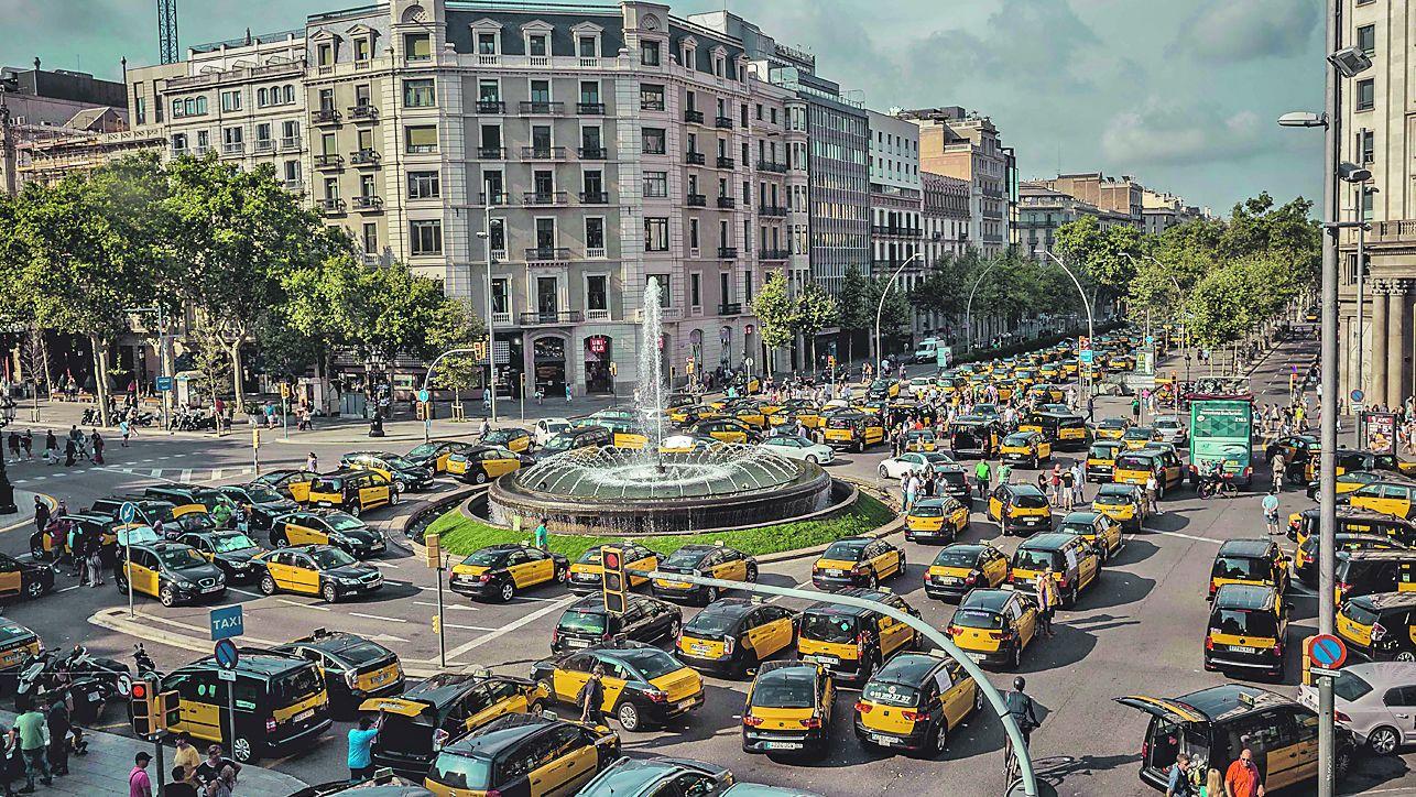 Los taxistas de Barcelona volvieron a bloquear ayer la Gran Vía, una de las arterias principales de la ciudad