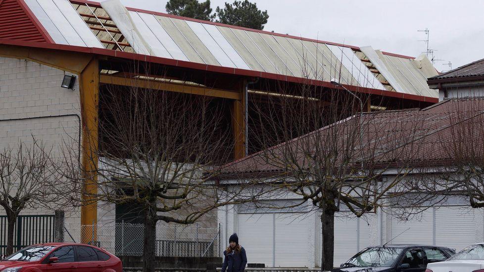 Parte del tejado del pabellón de deportes del CEIP Calvo Sotelo, en A Uceira, tirado a causa del temporal de viento.