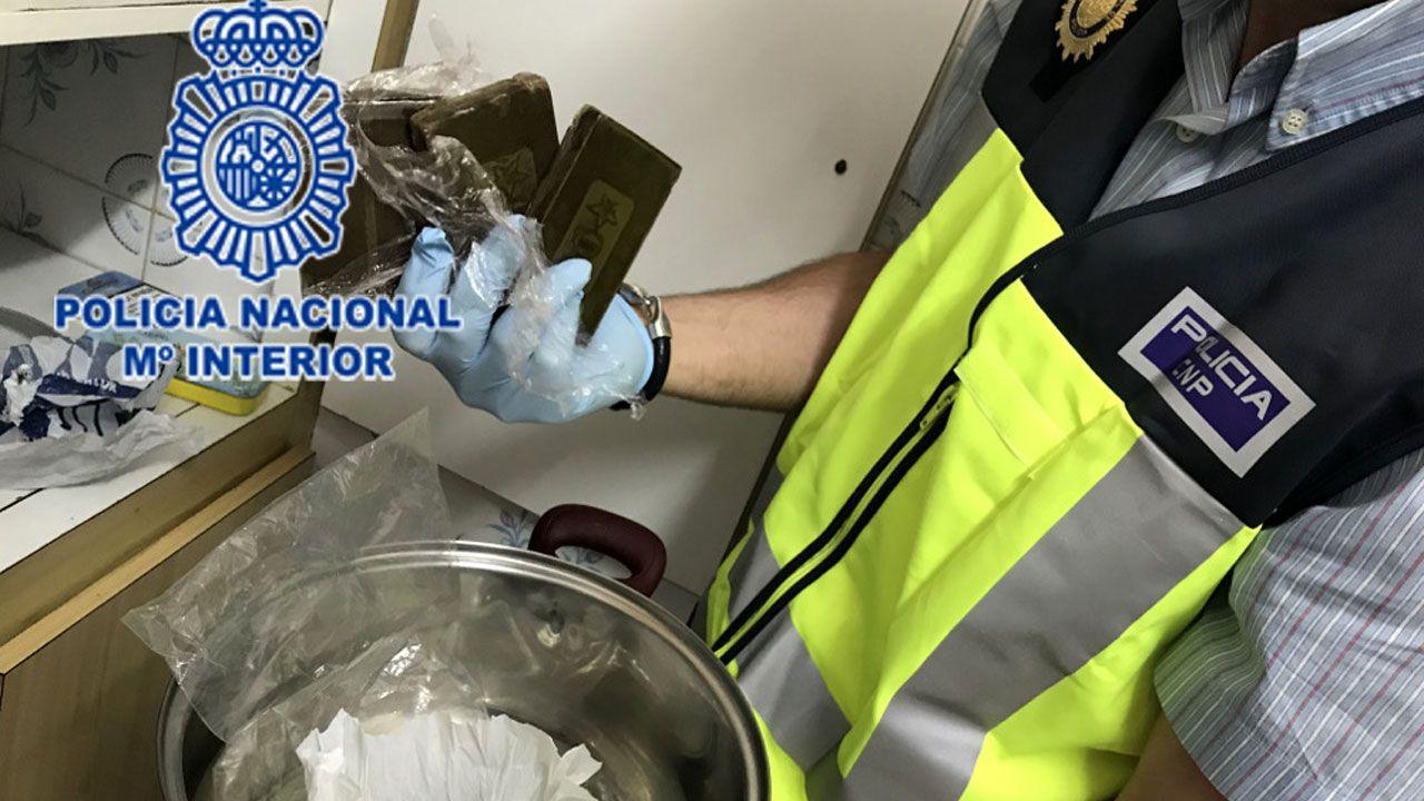 Un agente muestra algunas de las porciones de hachís halladas en el registro del domicilio del traficante de El Cerillero