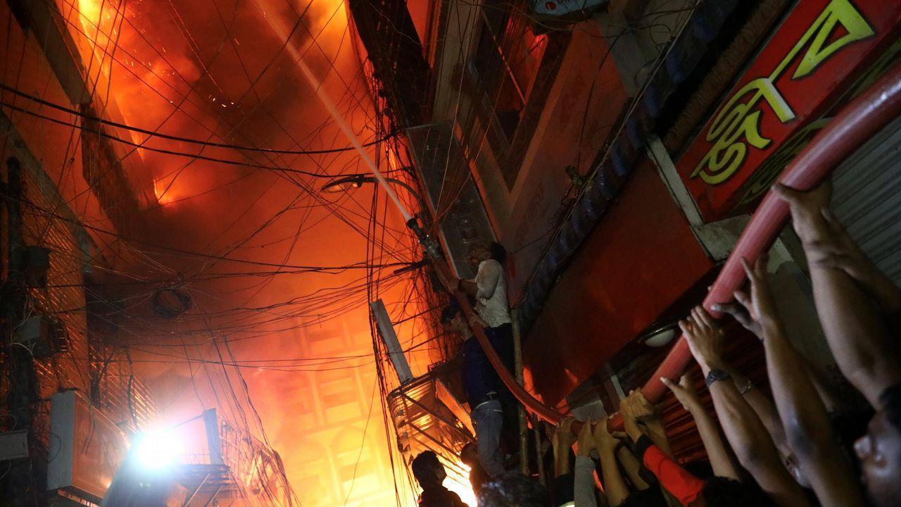 Incendio forestal en Ibias.Un grupo de personas colabora en las labores de extinción del fuego