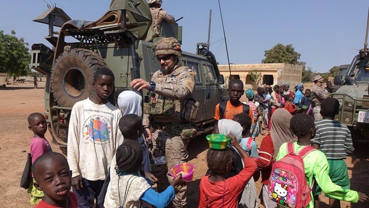 Soldados españoles de la Brilat, con unos niños en Mali