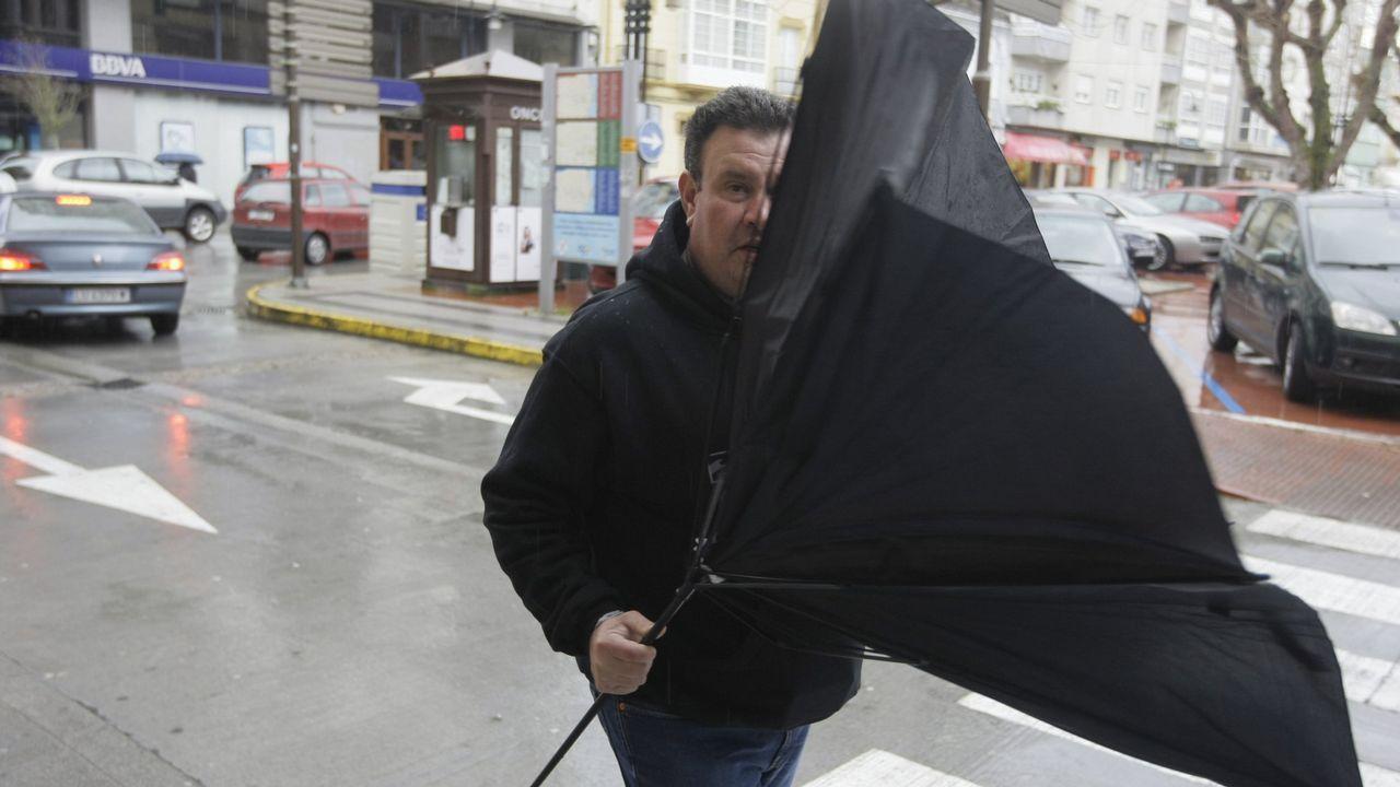 Fuertes rachas de viento, lluvia que no cesa y desperfectos en el área de Santiago