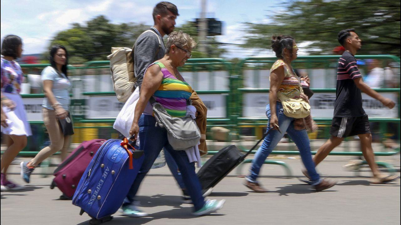.Venezolanos cruzan el paso fronterizo de San Antonio del Táchira hacia Cúcuta, Colombia