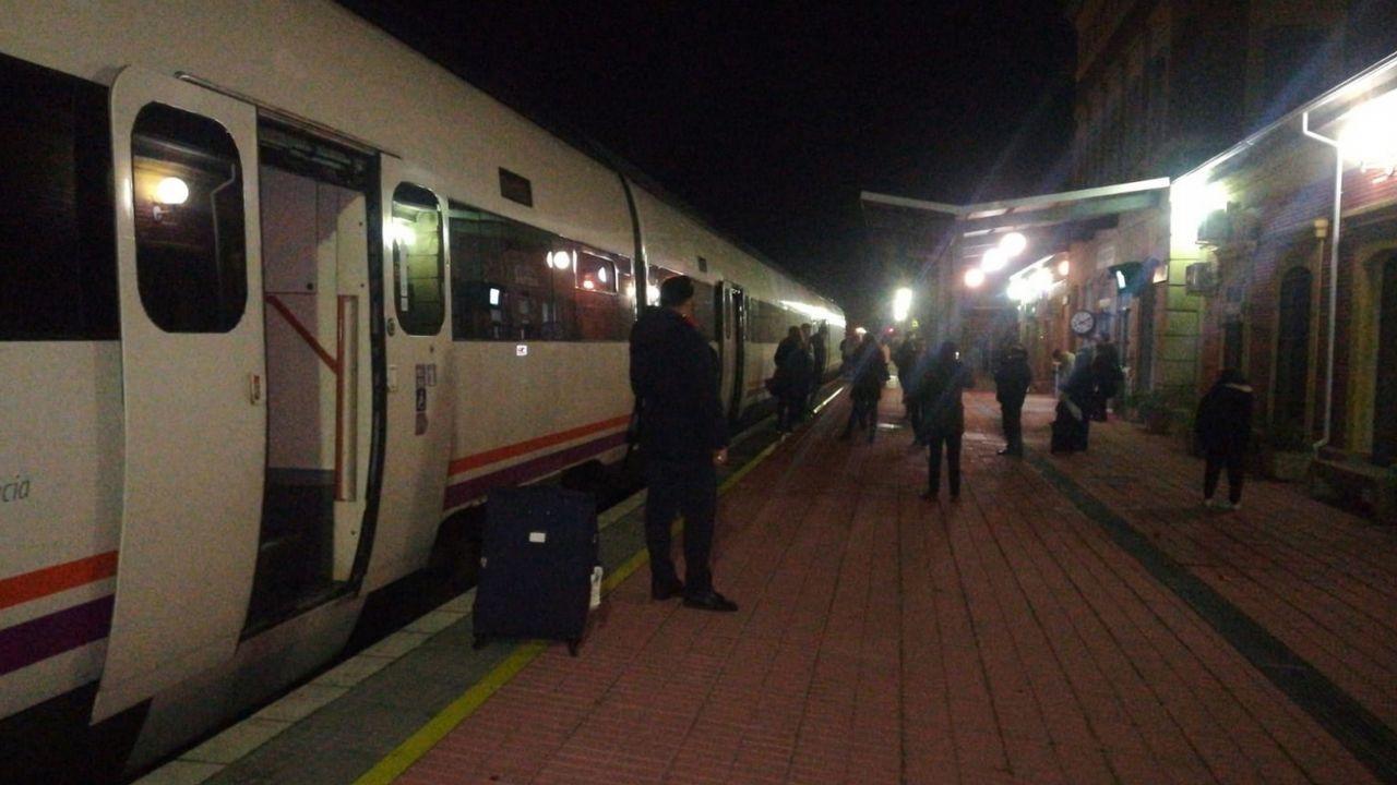 150 pasajeros del tren Badajoz-Madrid se quedan tirados en medio del campo en plena madrugada.Uno de los tramos abandonados de la ruta en los que se retiraron parte de las vías