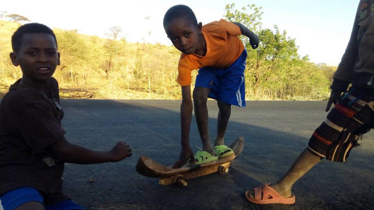 skatepark Etiopía.Los niños se construyen sus monopatines artesanalmente