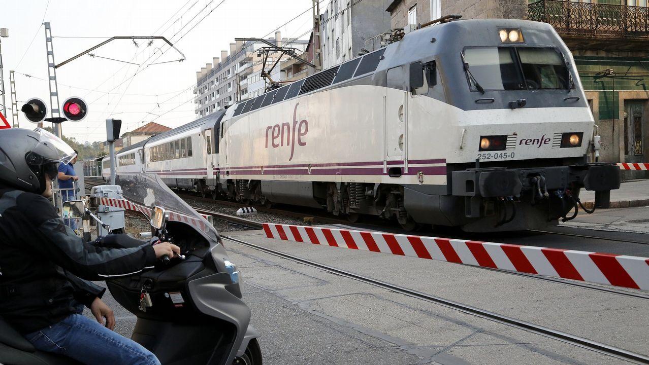 .Tren de la línea Vigo-Oporto, a su paso por O Porriño