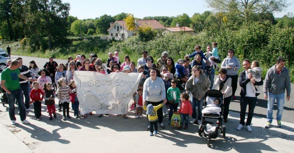 Pancarta de apoyo a Óscar, Nico e Iker, los niños sin plaza en la Galiña Azul de Teixeiro.