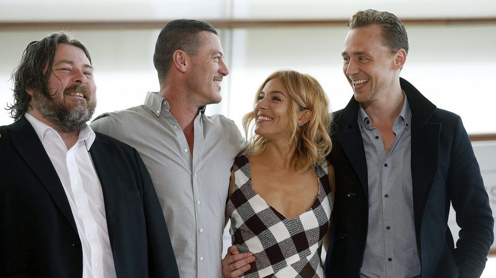 El director Ben Wheatley (i) y los actores Sienna Miller, Tom Hiddleston (d) y Luke Evans posan durante la presentación de la película «High rise»