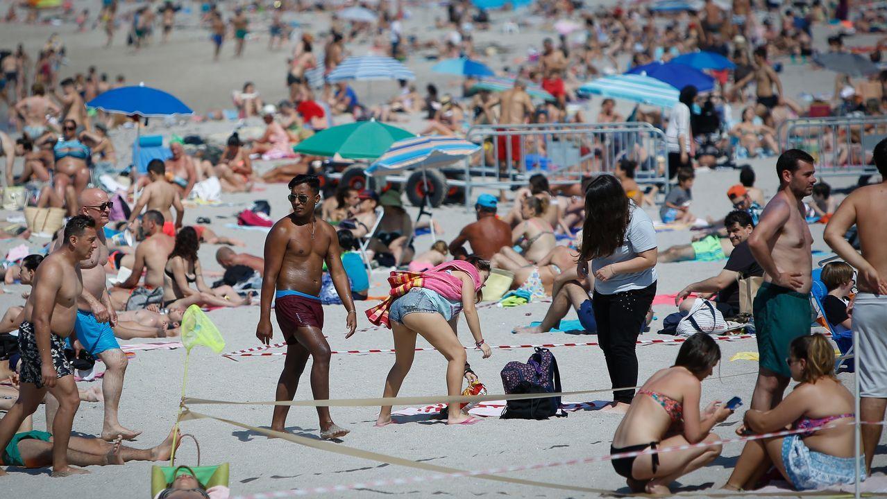 .Los bañistas tuvieron que convivir hoy con las parcelas hechas en las playas del Orzán y Riazor, en A Coruña.