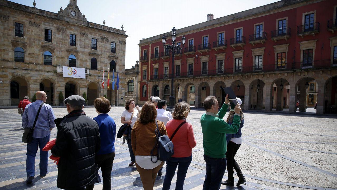 Carril de tren de Arcelor, en Veriña.Turistas disfrutando del buen tiempo en Gijón