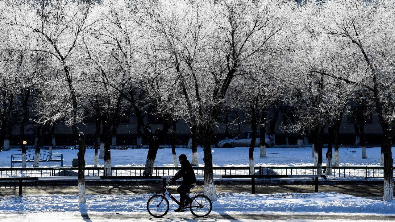 Paseando en bicicleta entre la estampa nevada de la ciduad de Baikonur en Kazajistán