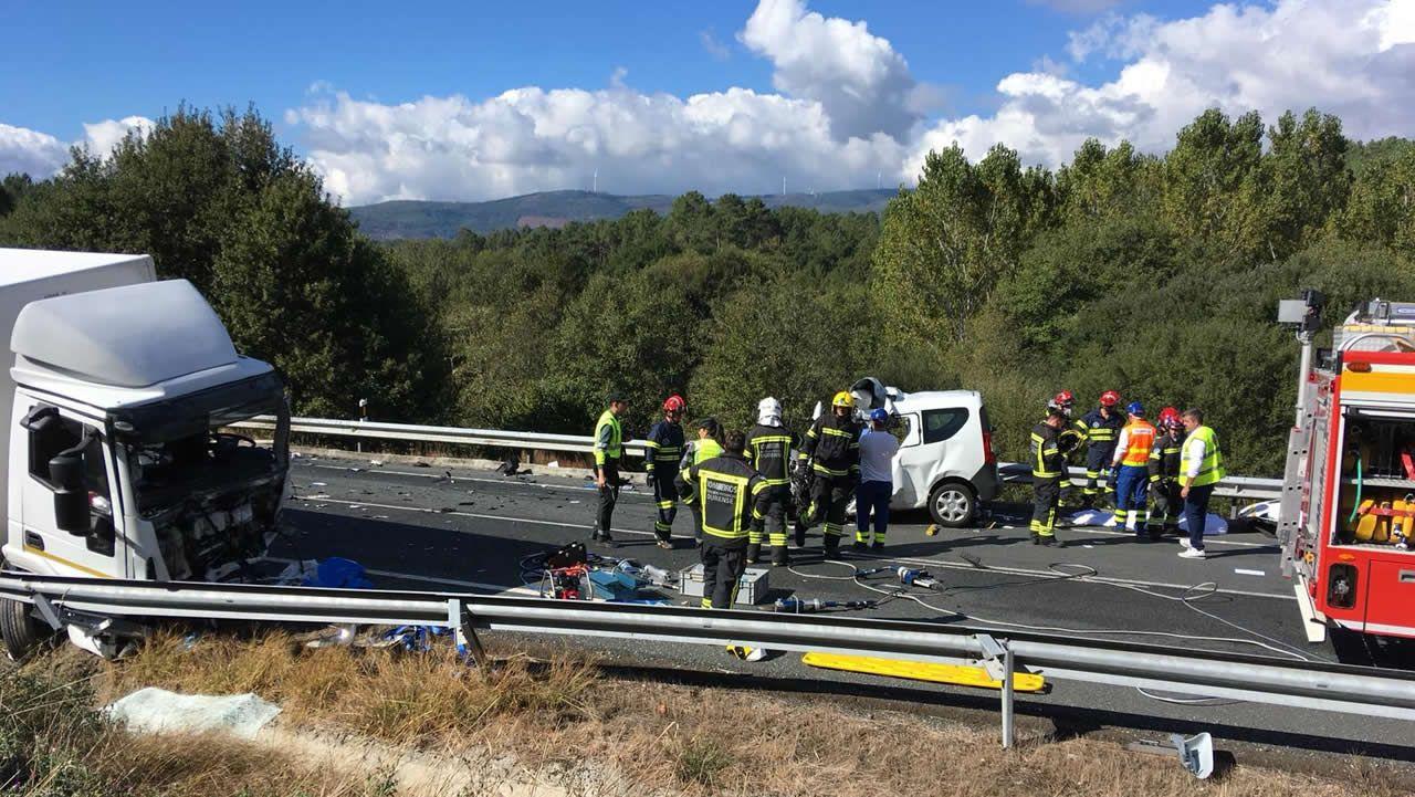 Muere tras impactar su furgoneta contra un camión en Cea