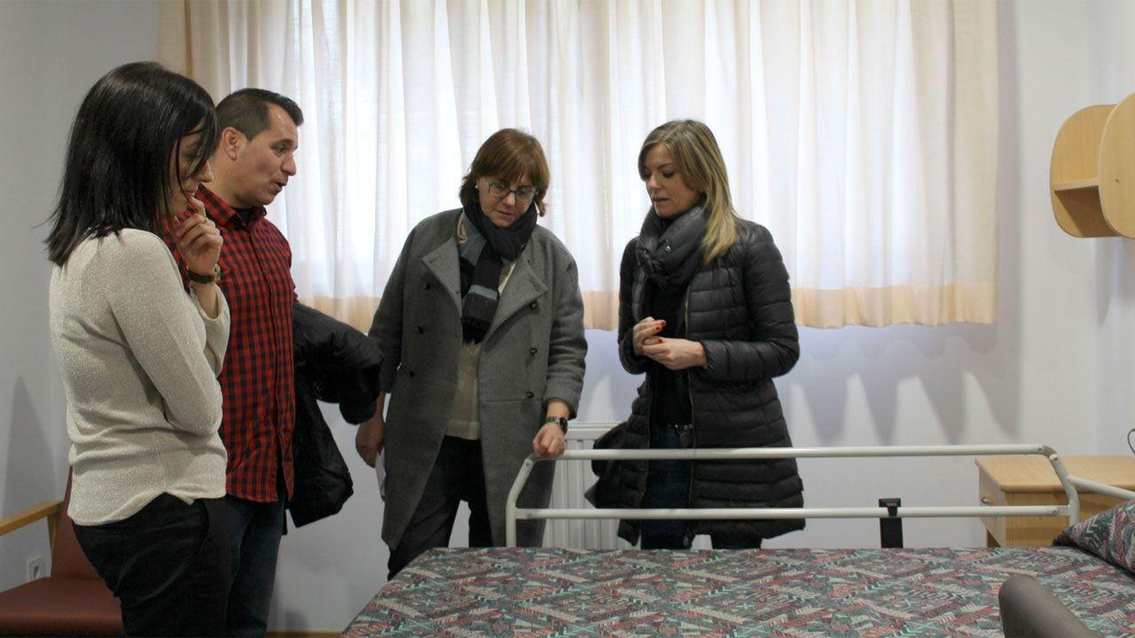 La consejera Pilar Varela, en el centro, durante su visita a la residencia de Sotiello