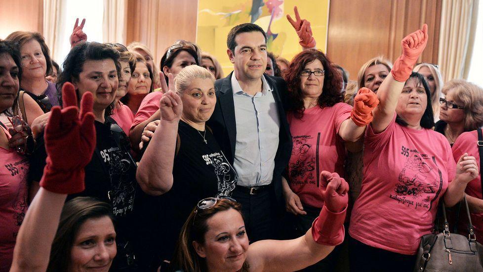 El primer ministro griego posa con limpiadoras que fueron despedidas en el 2013.