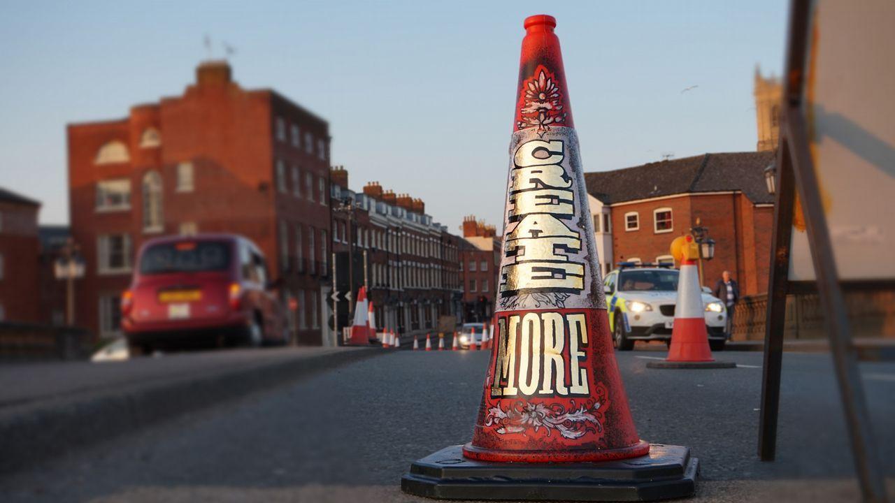 Un cono de tráfico, como parte de la serie «Create More»