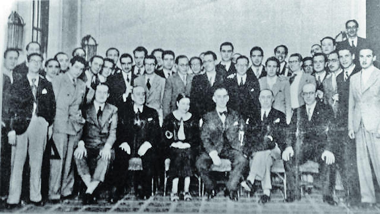 .Rita Fernández Queimadelos (en el centro de la imagen) posa con sus compañeros de la Escuela de arquitectura 2