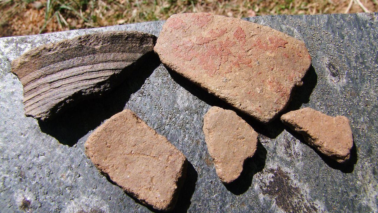 Fragmentos de cerámica hallados junto al refugio