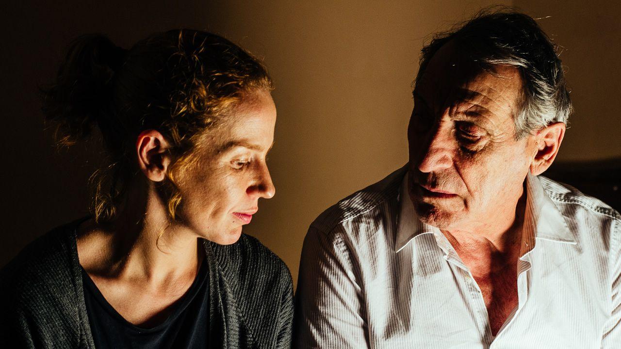 Jugándose la vida entre olas de cuatro metros.María Vázquez e Celso Bugallo, protagonistas de «Trote»