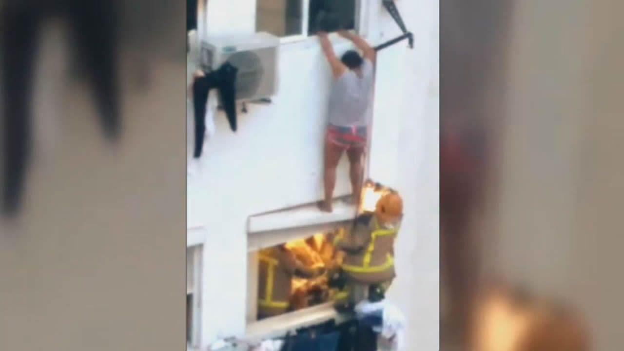 Aún hay llamas en A Chavasqueira.La hermana que se salvó fue rescatada por los bomberos cuando se descolgó por una ventana en un cuarto piso