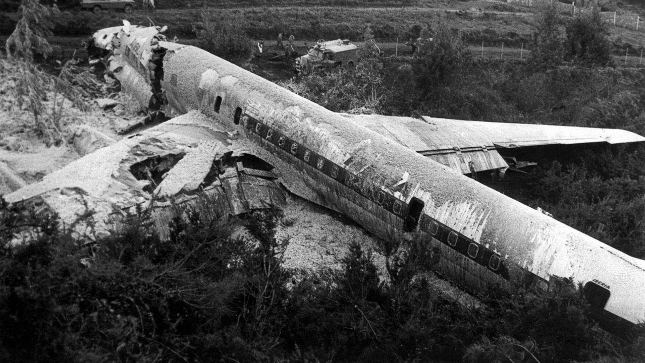 Una vecina de Cangas, entre las víctimas mortales del accidente del Boeing en Etiopía.Miembros de las Fuerzas de Seguridad inspeccionan el lugar donde se ha producido el ataque en Afganistán