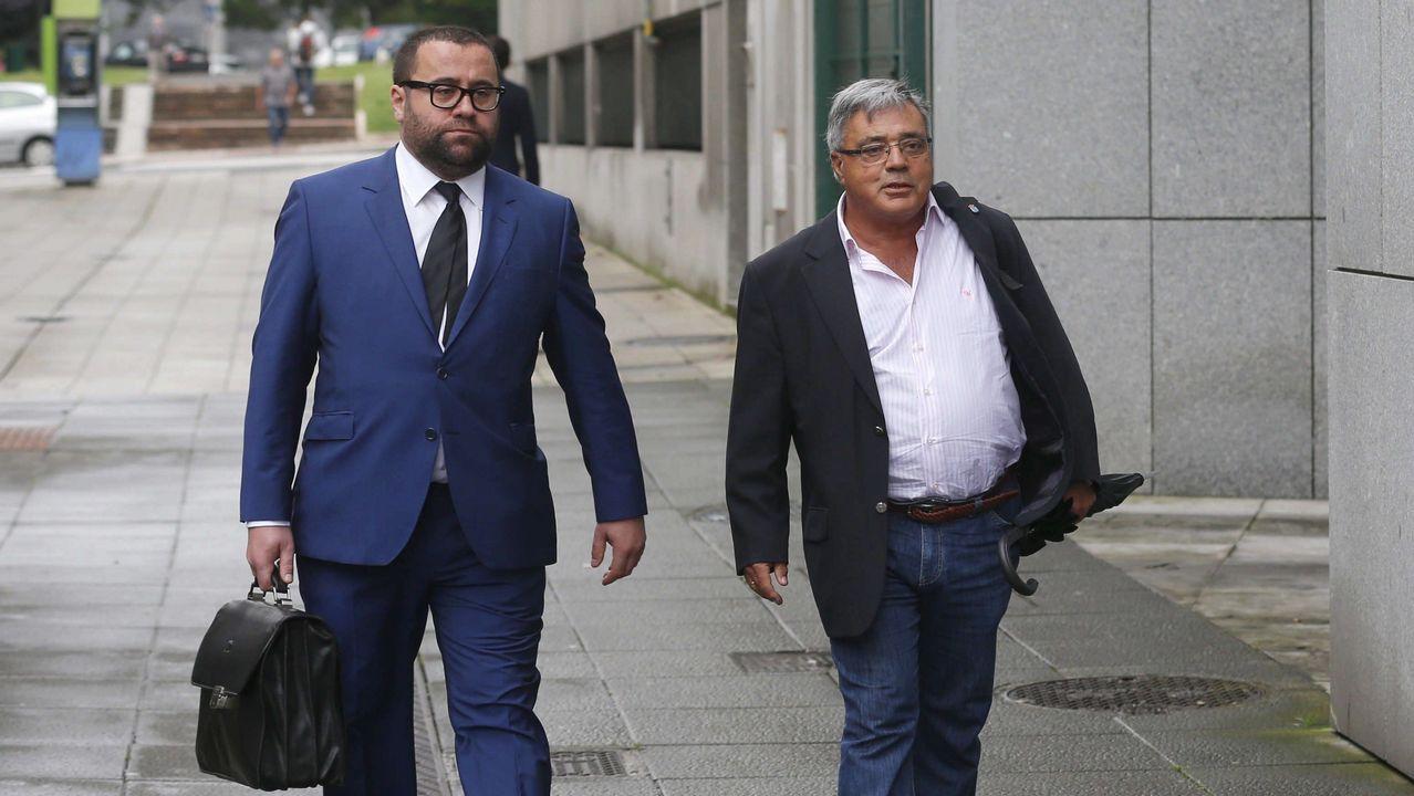 .El ex gerente de la fundación Infide, dependiente del sindicato minero SOMA-UGT, Pedro Castillejo (d), que se enfrenta a una petición de la Fiscalía de tres años y medio de prisión, a su llegada a la Sección Tercera de la Audiencia Provincial de Oviedo.