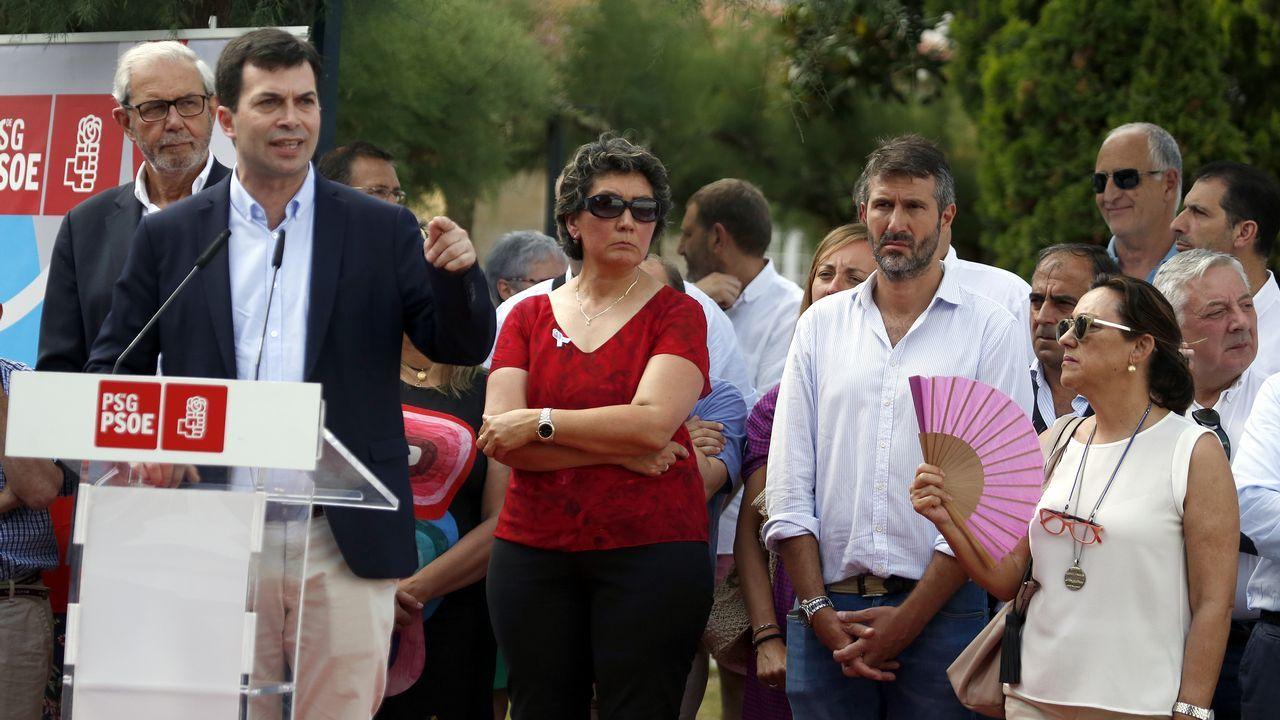 Demelsa Brey y Roberto Brey, hijos de Jose Manuel Brey Brea fallecido en PAC de A Estrada sin asistencia medica ante el feretro de su padre