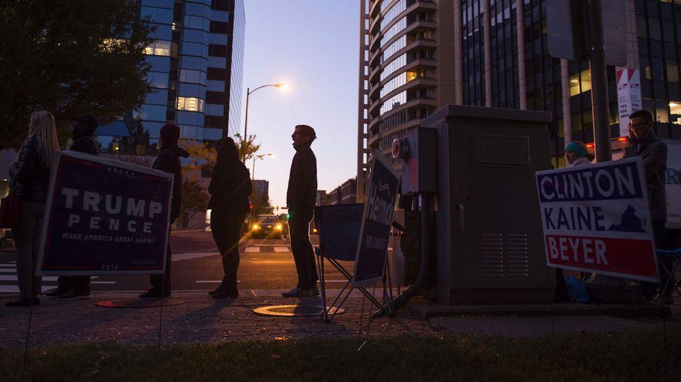 Ciudadanos haciendo cola para votar cerca de la Trump Place.