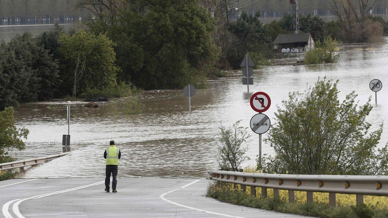 Imagen de una carretera anegada por el desbordamiento del Ebro, en Tudela