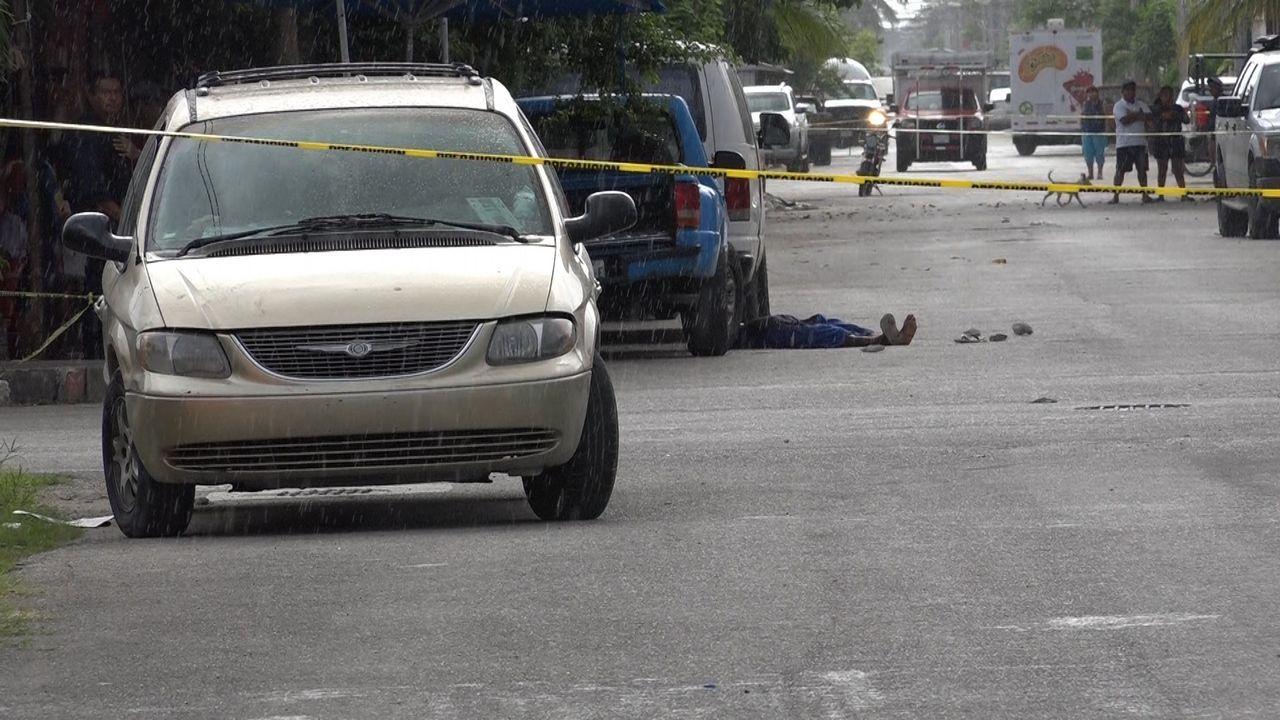 Cuerpo abatido de un vendedor de drogas en una calle de Cancún, asolada por la guerra de bandas