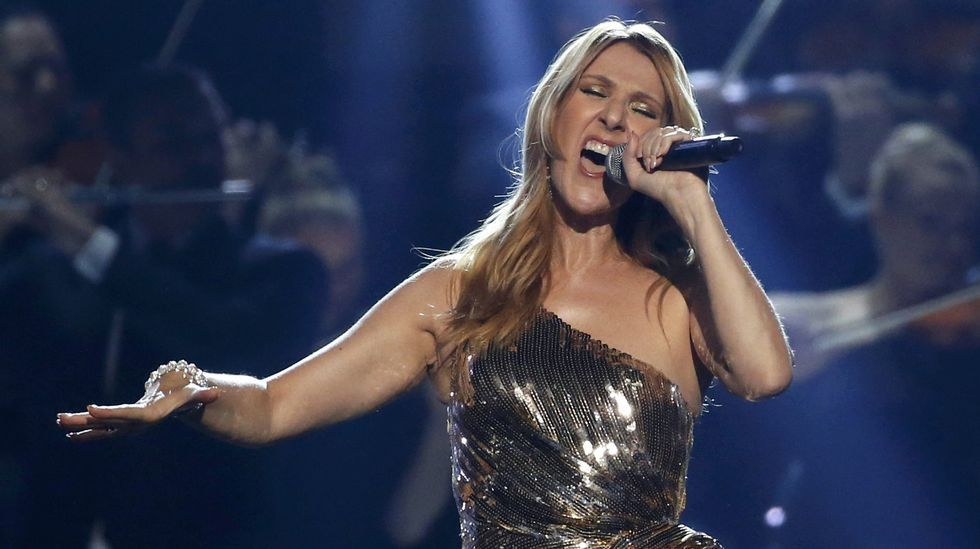 Celine Dion rindió homenaje a su difunto esposo e interpretó «The Show Must Go On».