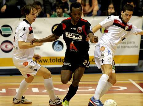 Kenny, del Zaragoza, entre Alan Brandi y Raúl Campos en el partido de la primera vuelta.